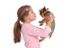 Mädchenholding ihr Hund Stockfotos