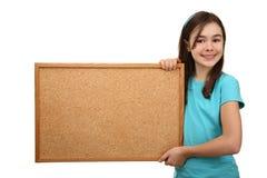 Mädchenholding noticeboard lizenzfreie stockfotos