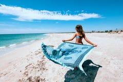 Mädchenholding pareo auf dem Strand lizenzfreies stockbild