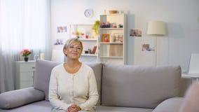 Mädchenholding-Tulpenblumenstrauß zurück, stellen sich für Großmutter, Familientradition, Liebe dar stock footage