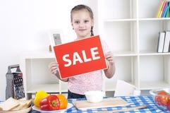 Mädchenholding-Verkaufszeichen Lizenzfreie Stockbilder