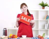 Mädchenholding-Verkaufszeichen Lizenzfreie Stockfotografie