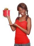 Mädchenholding-Weihnachtsgeschenk lizenzfreie stockfotografie