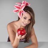 Mädchenholdingapfel Stockbild