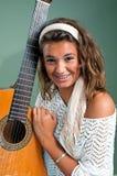 Mädchenholdinggitarre Stockbild