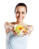 Mädchenholdingplatte mit Salat lizenzfreie stockbilder