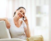 Mädchenholdingtelefon lizenzfreie stockbilder