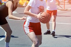 Mädchenjugendlichbasketball-spieler-Spiel und -zug stockbild