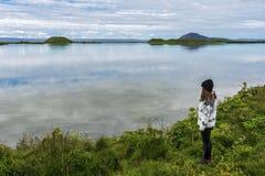 Mädchenjugendlicher bleibt in der Grenze von Myvatn See in Nord-Island lizenzfreie stockfotos