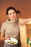 Mädchenjugendlicher, der eine Abbildung malt Lizenzfreie Stockfotos
