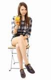 Mädchenjugendlicher, kaukasischer Auftritt, Brunette, ein kariertes Hemd und kurzen Denimkurzen hosen tragend und halten ein Glas  Lizenzfreies Stockfoto