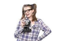 Mädchenjugendlicher mit einer Kamera in der Hand Lizenzfreie Stockfotografie