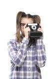 Mädchenjugendlicher mit einer Kamera in der Hand Stockfoto
