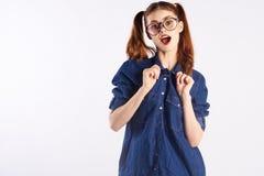 Mädchenjugendlicher mit Gläsern auf Weiß lokalisierte Hintergrund, Gefühle, leerer Raum stockfoto