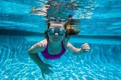 Mädchenjunger Underwater Stockfoto