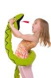 Mädchenkämpfe mit Spielzeugschlange Stockfoto