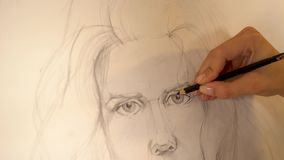 Mädchenkünstler malt Porträt der Frau mit Bleistift 4K stock video footage