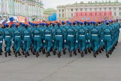 Mädchenkadetten der Akademie des Ministeriums von Notsituationen von Russland auf der Wiederholung der Parade zu Ehren des Sieges stockbilder