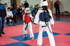 Mädchenkampf in Taekwondo Stockbild