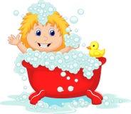 Mädchenkarikatur, die in der roten Badewanne badet Lizenzfreies Stockfoto