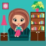 Mädchenkarikatur liest das Buch auf einem Sofa Stockbilder