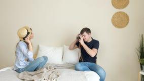 Mädchenkerl machen Fotos mit der alten Kamera, die in der Melone aufwirft stock video footage