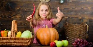 Mädchenkind am Bauernhofmarkt mit Fallernte Kinderkleinem Mädchen feiern das Ernten Familienbauernhof-Festivalkonzept zicklein stockbilder