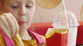 Mädchenkind isst Schnellimbiß Ungesunde Fertigkost Nahrungskette stock footage