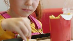 Mädchenkind isst Schnellimbiß Ungesunde Fertigkost Nahrungskette stock video footage