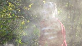 Mädchenkind löschen Feuer aus stock video