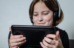 Mädchenkind mit einem Aktentaschencomputer stockfoto