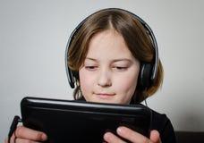 Mädchenkind mit einem Aktentaschencomputer lizenzfreies stockbild