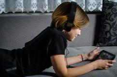 Mädchenkind mit einem Aktentaschencomputer lizenzfreie stockfotografie