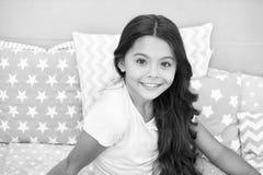 Mädchenkind mit langem grauem Innenhintergrund des gelockten Haares Kinderperfekte gelockte Frisur schaut nett Sie benutzt Condit stockfoto