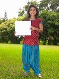 Mädchenkind mit unbelegtem Schild Lizenzfreie Stockfotos