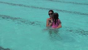 Mädchenkind springt in Swimmingpool stock video