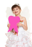 Mädchenkind verlor die Zahnfee, die im weißen Kleid mit der großen Zahnform der Flügelshow gekleidet wurde, die vom Papier gemach Stockfoto