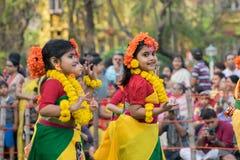 Mädchenkindertänzer perforimg an Festival Holi (Frühling) in Kolkata Stockbild