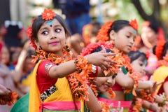 Mädchenkindertänzer perforimg an Festival Holi (Frühling) in Kolkata Lizenzfreie Stockfotografie