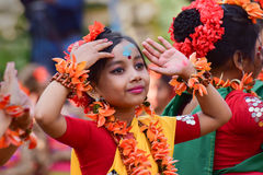 Mädchenkindertänzer perforimg an Festival Holi (Frühling) in Kolkata Lizenzfreie Stockbilder