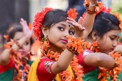 Mädchenkindertänzer perforimg an Festival Holi (Frühling) in Kolkata Lizenzfreie Stockfotos