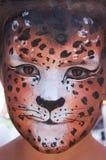 Mädchenkindgesicht mit Leopardenschablone 5 Stockbilder