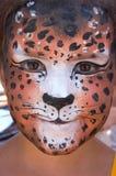 Mädchenkindgesicht mit Leopardenschablone 7 Stockfoto