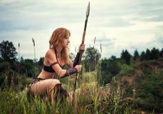 Mädchenkrieger auf Patrouille stockfotografie