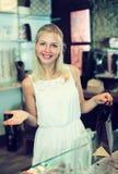 Mädchenkunde in bijouterie Shop Stockfotografie