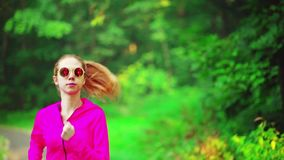 Mädchenläufe durch Park stock video footage