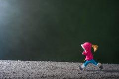 Mädchenläufe zum Baum des neuen Jahres Lizenzfreies Stockfoto