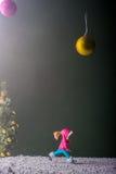 Mädchenläufe zum Baum des neuen Jahres Stockfoto