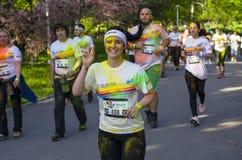 Mädchenläufer, der Friedenszeichen zeigt stockfotografie