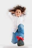 Mädchenlüge am Mehl Lizenzfreie Stockfotografie